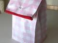 Bolsa de merienda hecha con tela plastificada en estampado vichy rosa y blancos con cierre snap | gingerytulula.com