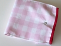 Bolsa de merienda hecha con tela plastificada en estampado vichy rosa y blanco con cierre snap, vista cerrada | gingerytulula.com