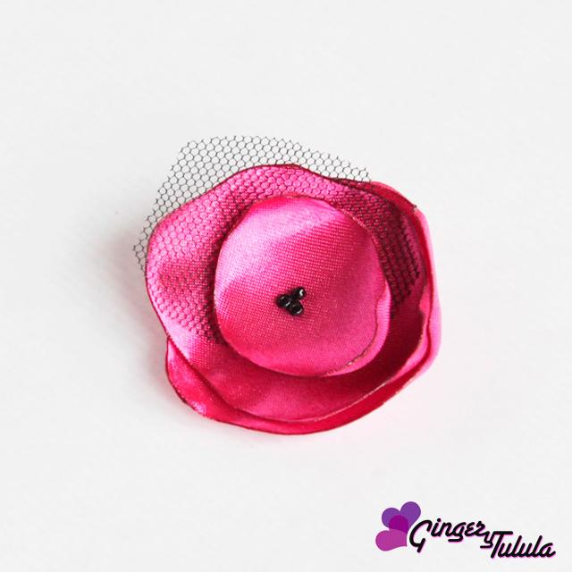 Broche hecho de raso en color rosa con tul   gingerytulula.com