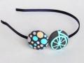 Diadema hecha de tela con lunares y estampado de bicicleta. Colores gris, amarillo, blanco y azul. Talla única | gingerytulula.com