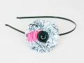 Diadema con flor hecha de tela y botón. Talla única | gingerytulula.com