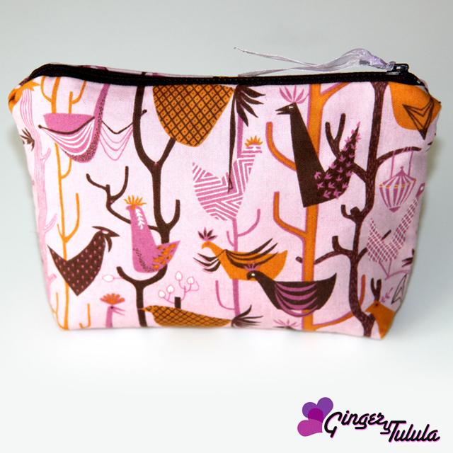 Neceser hecho con tela con estampado de gallos y cremallera | gingerytulula.com