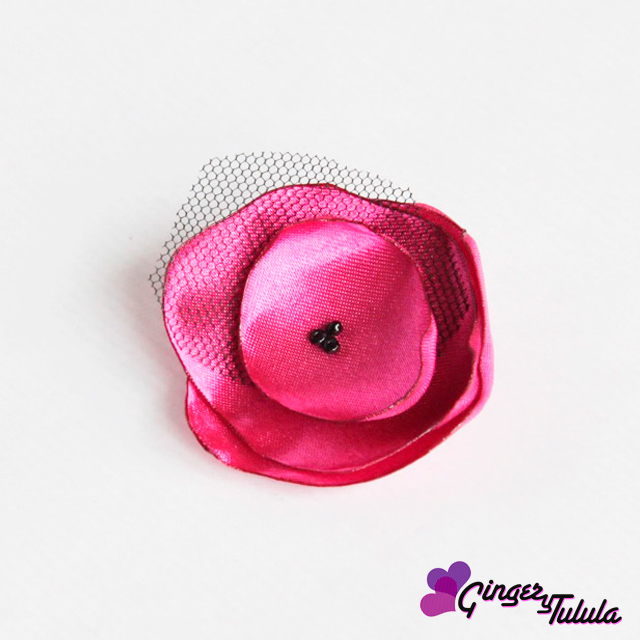 Muestra de mi trabajo: broche hecho de raso en color rosa con tul.