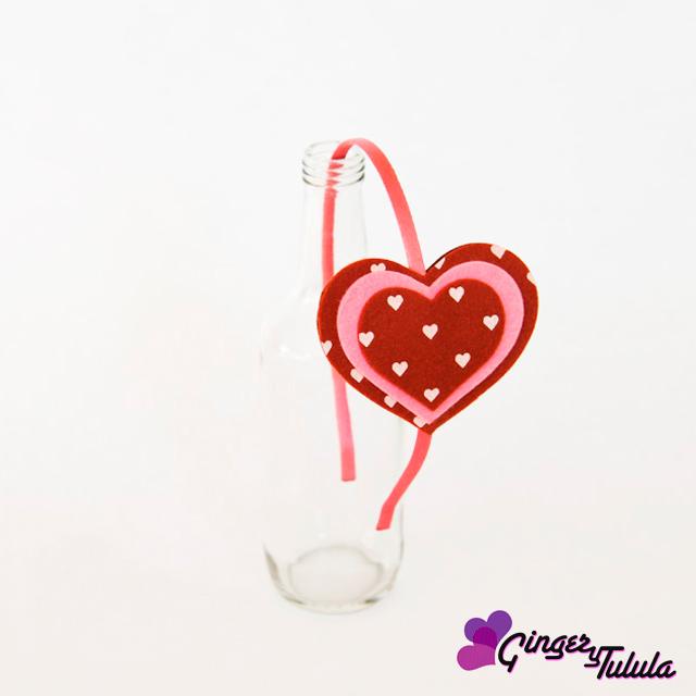 Muestra de mi trabajo: diadema hecha de fieltro con forma de corazones en colores rojo y rosa. Talla única.