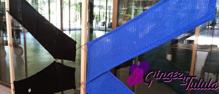 Día de tejer en público en el Museo del Traje. Panel realizado a dos agujas con el logo del Museo.