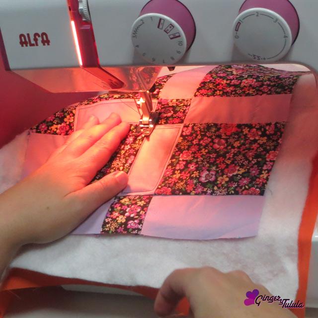 Acolchado rectangular a máquina del bloque de patchwork realizado con la técnica de nine patch