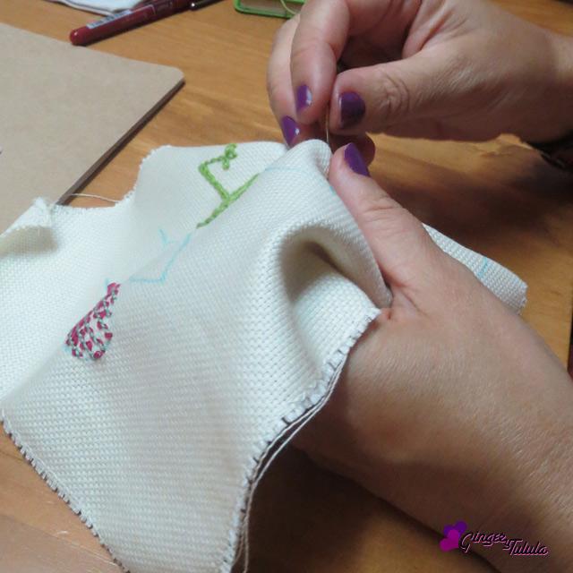 Practicando bordado a mano en el taller de Yolanda Andrés